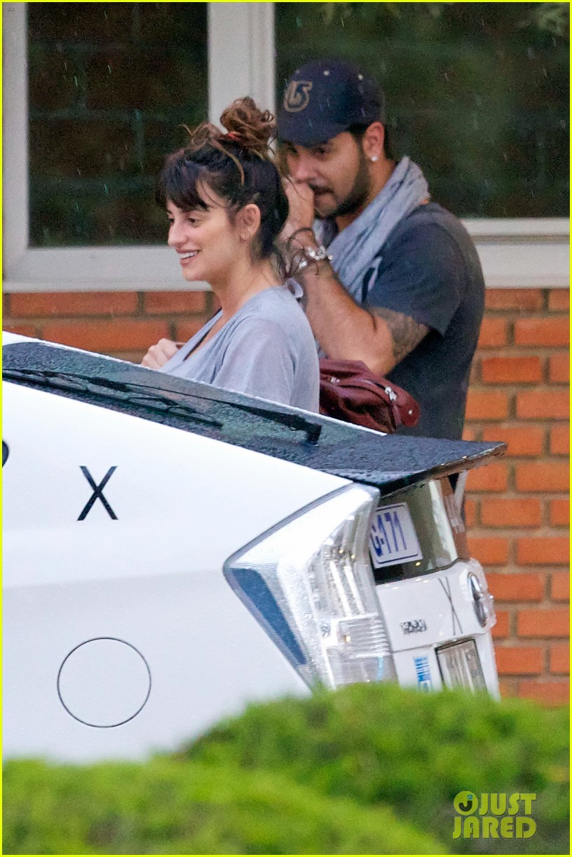penelope cruz shows large baby bump with family 11