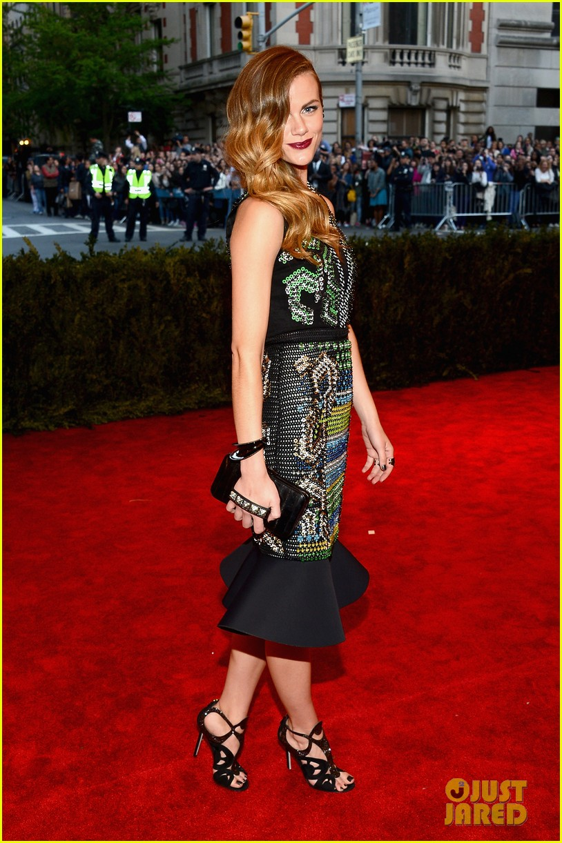 brooklyn decker met ball 2013 red carpet 05
