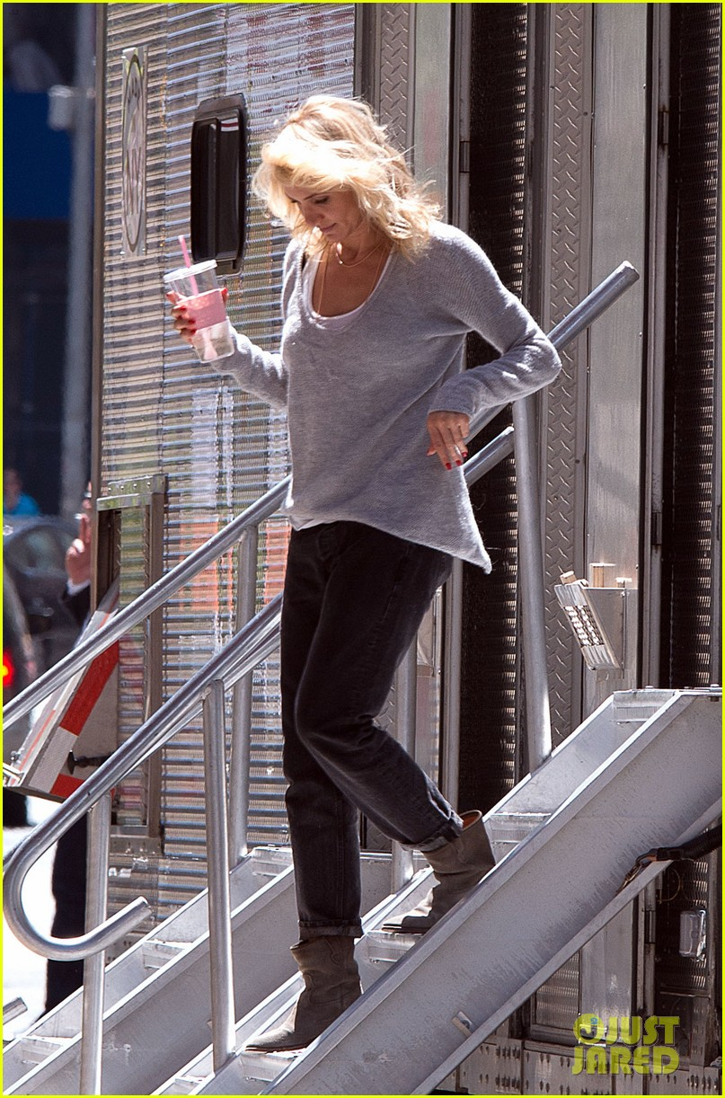 cameron diaz hides kate upton smiles wide on set 042862697