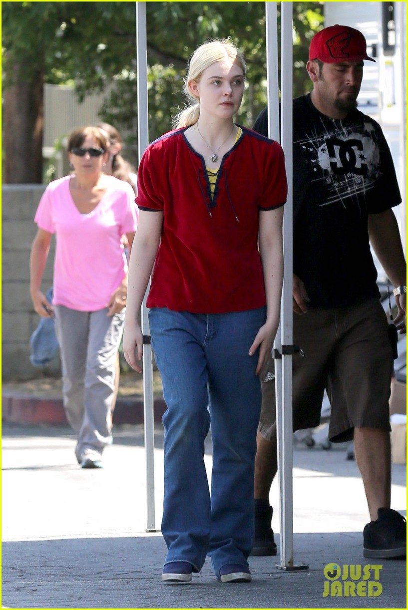 elle fanning hangs out on low down set 062876125