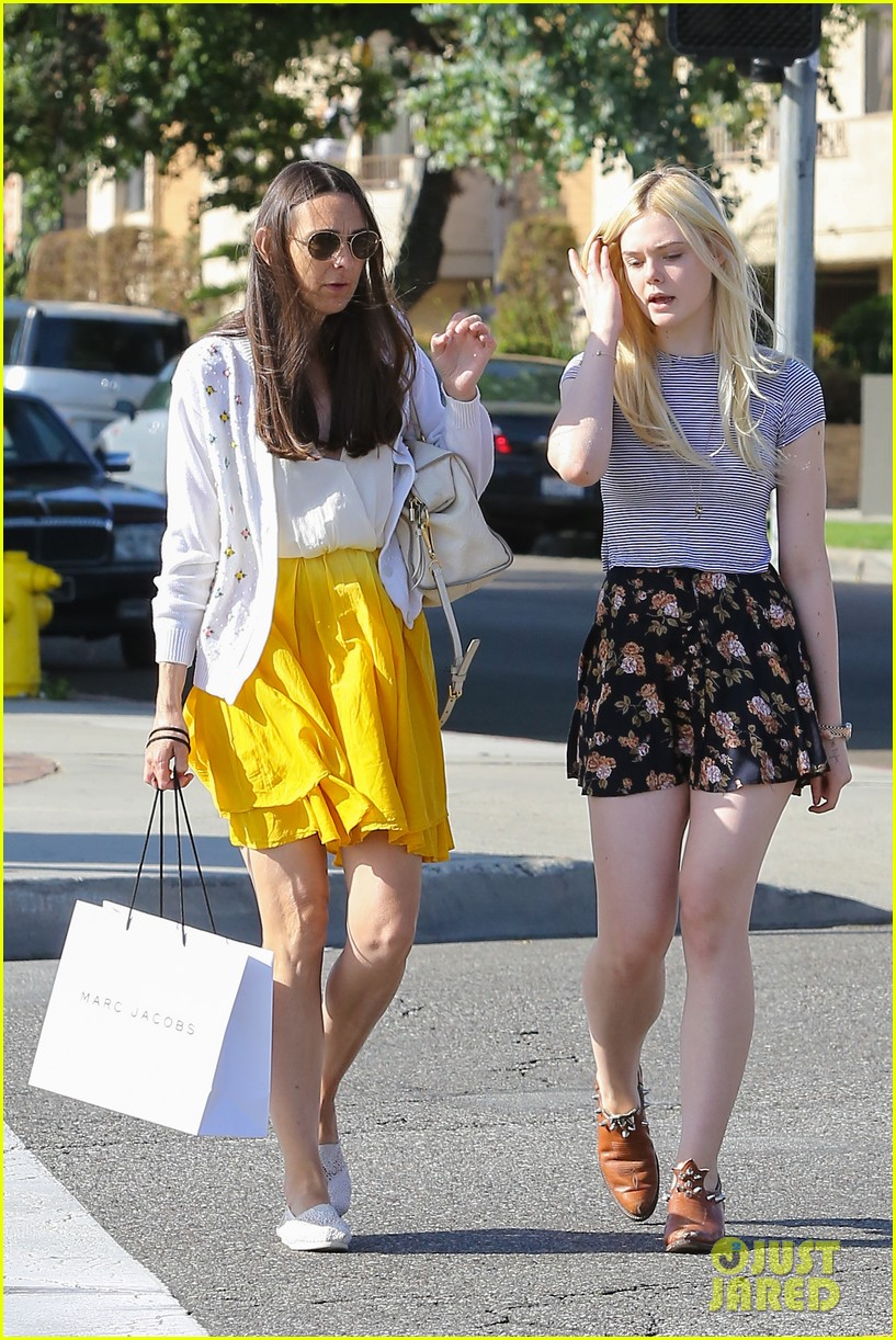 elle fanning shops with her mom in weho 012878480