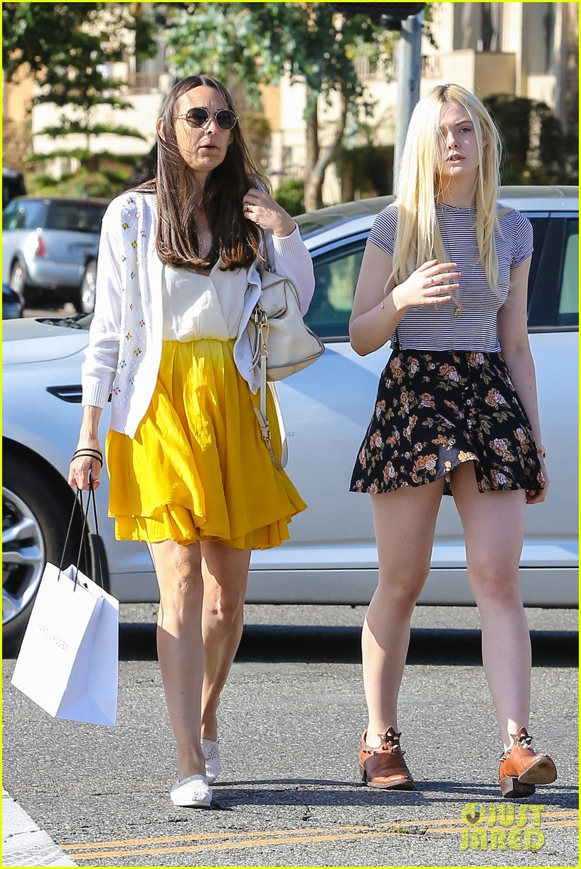 elle fanning shops with her mom in weho 032878482