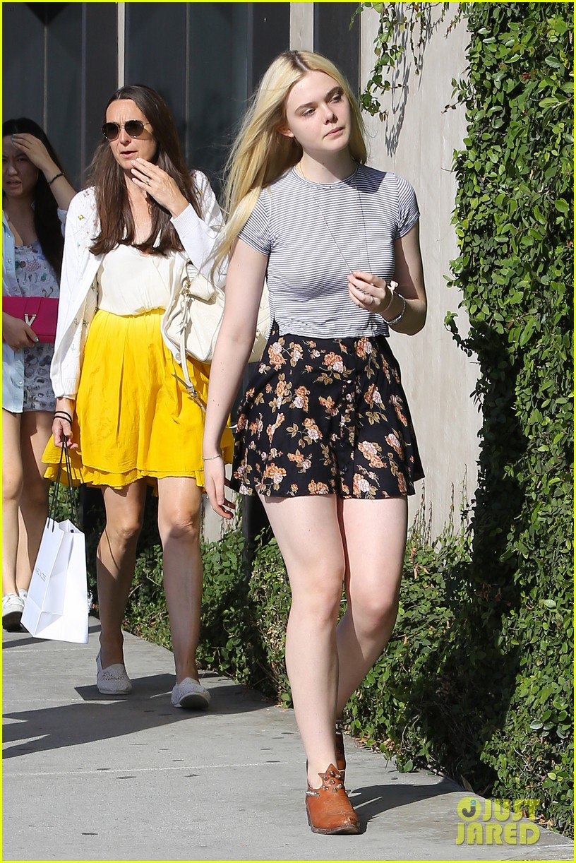 elle fanning shops with her mom in weho 05