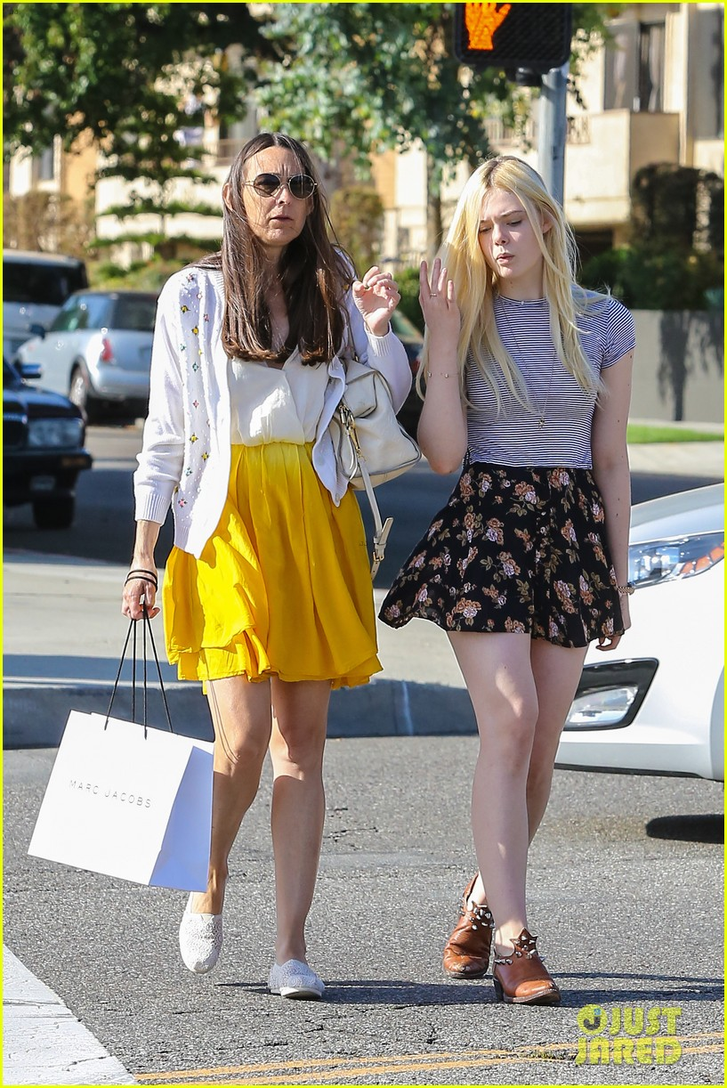 elle fanning shops with her mom in weho 072878486