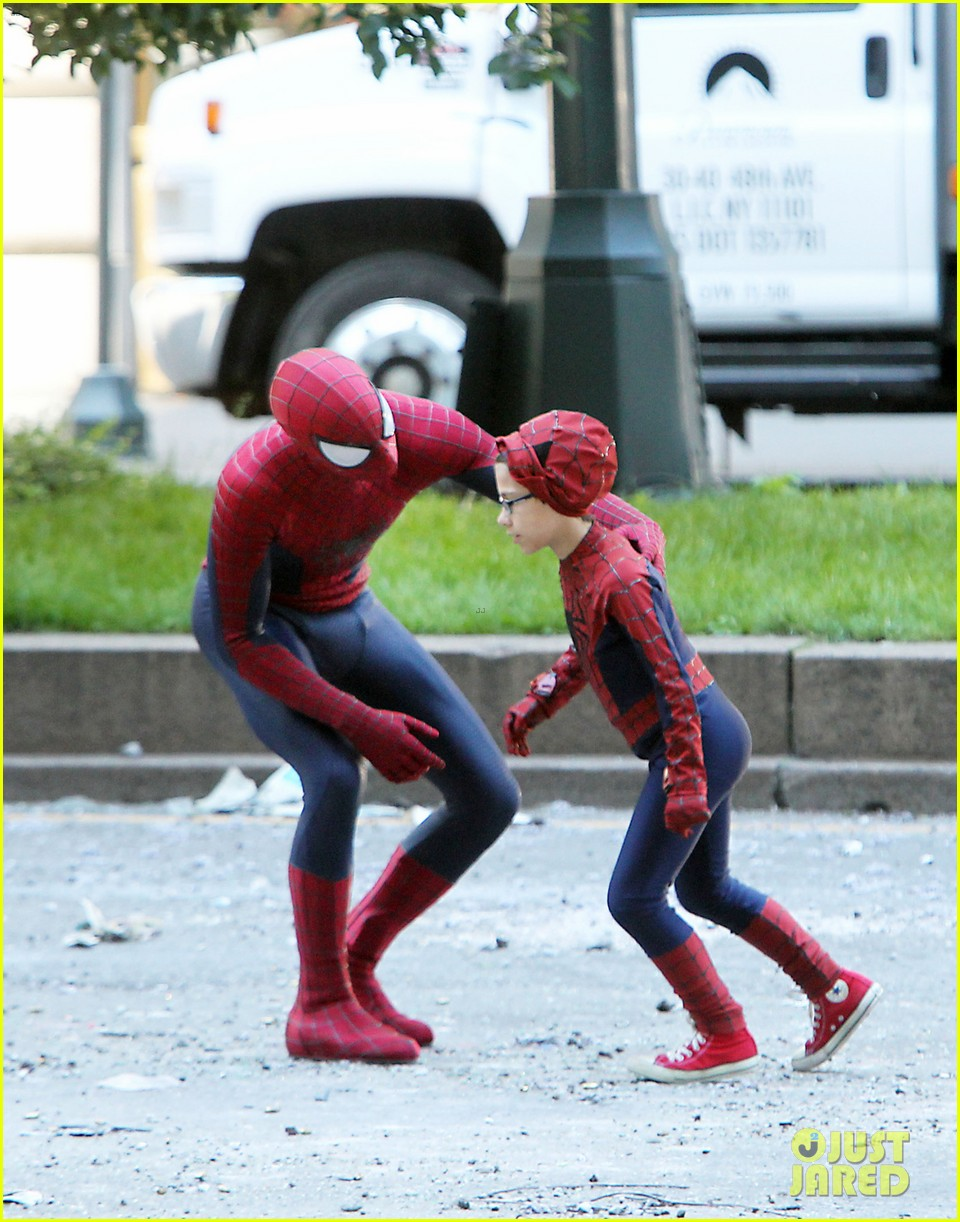 andrew garfield films spider man 2 emma stone watches dog 062879416