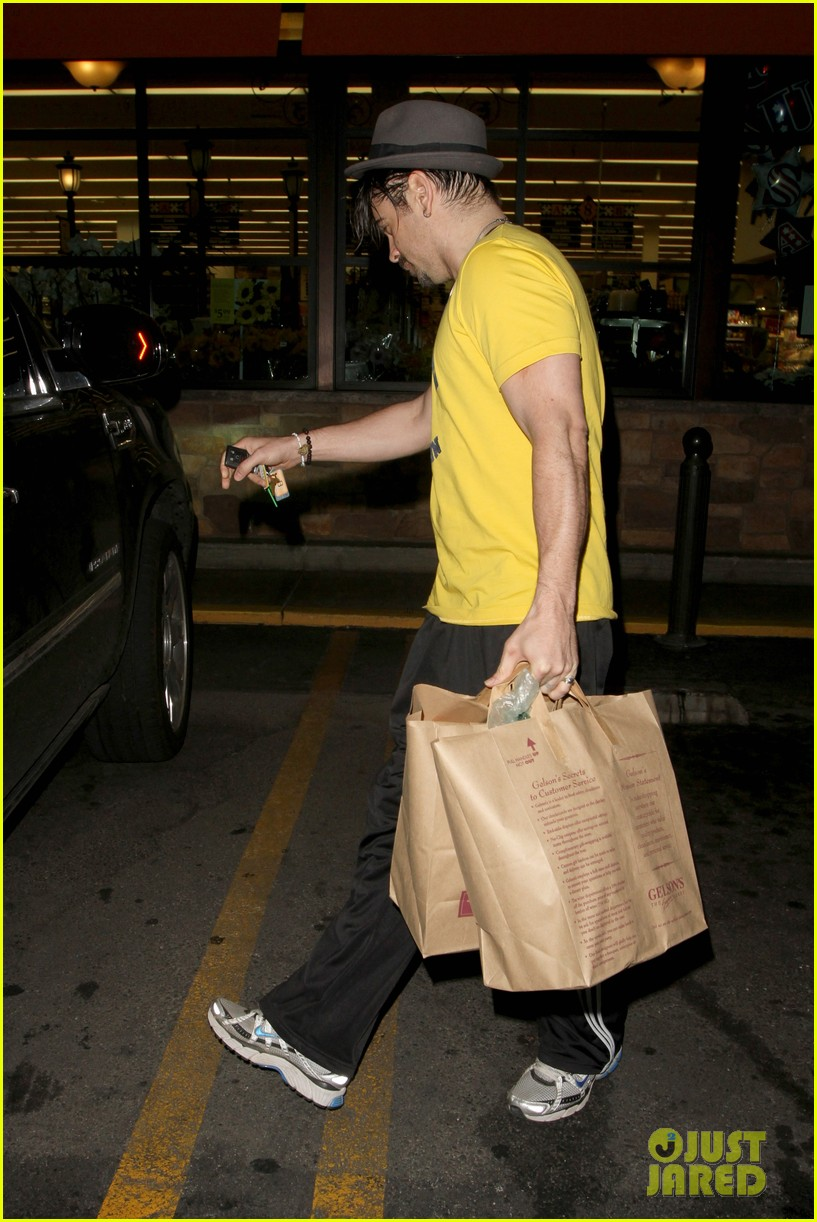 colin farrell picks up groceries on epic opening night 042878159