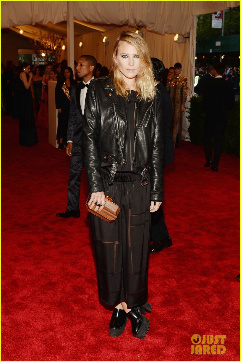 felicity jones dree hemingway met ball 2013 red carpet 052865647