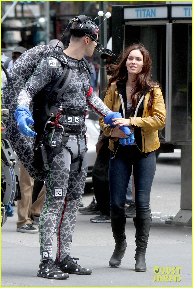 megan fox alan ritchson hold hands on ninja turtles set 012874903