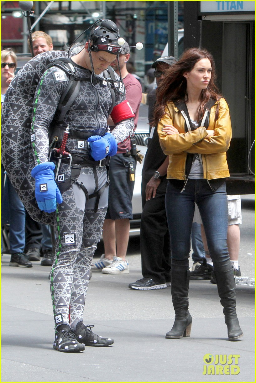 megan fox alan ritchson hold hands on ninja turtles set 05
