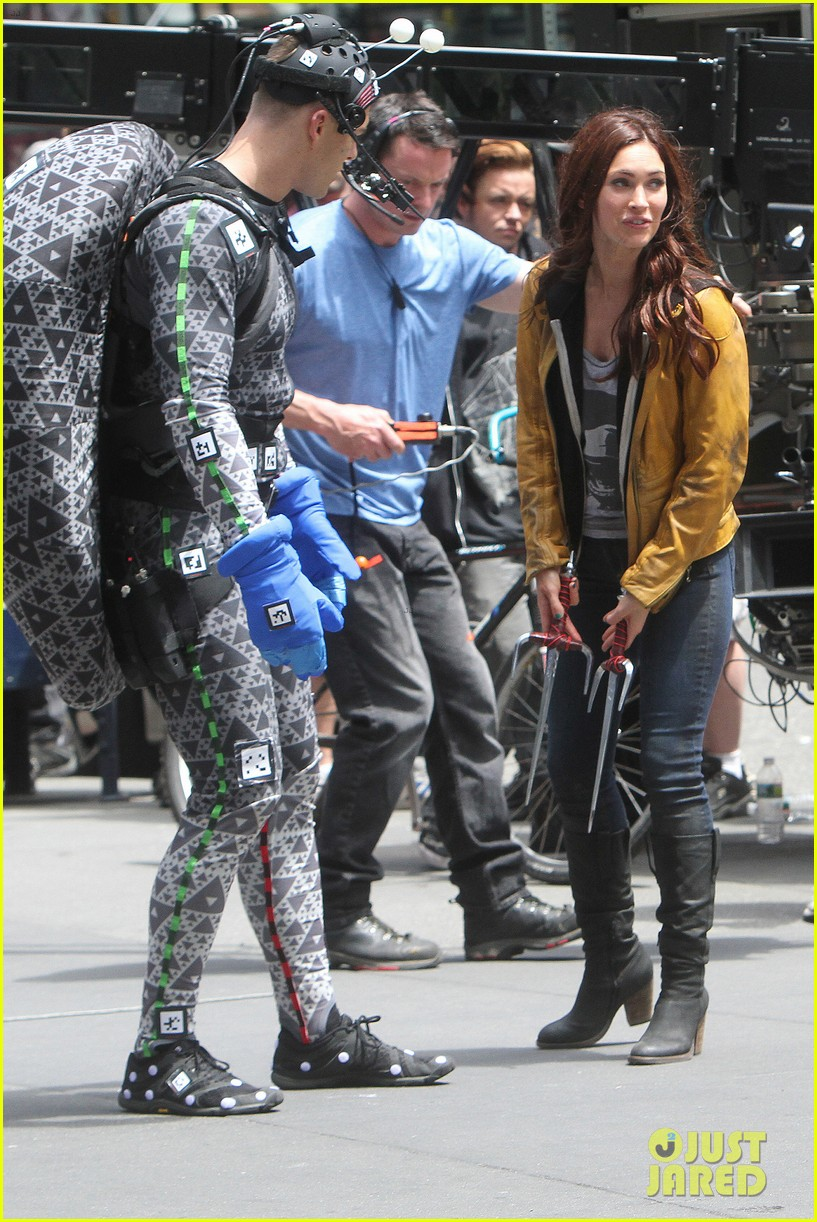 megan fox alan ritchson hold hands on ninja turtles set 112874913