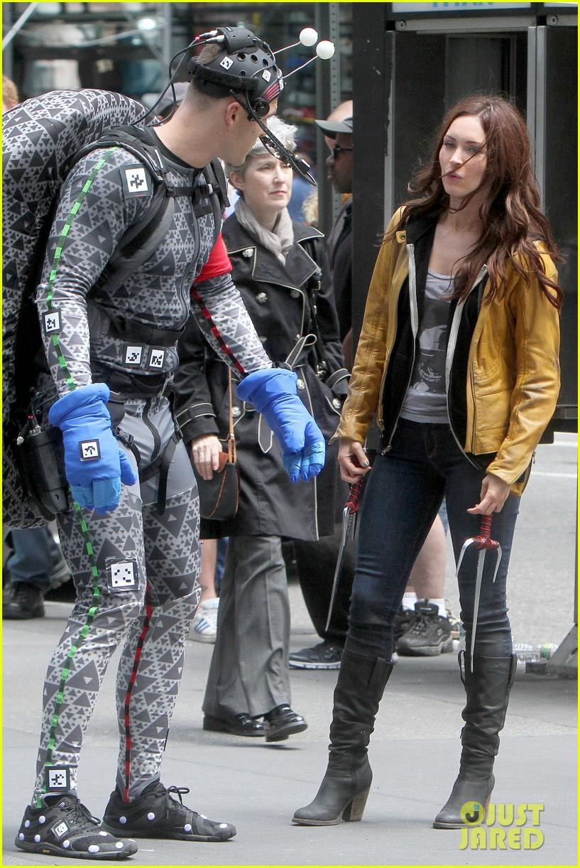 Megan Fox goofs around on set with co-star Alan Ritchson ...