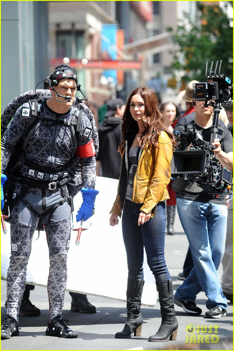 megan fox alan ritchson hold hands on ninja turtles set 15