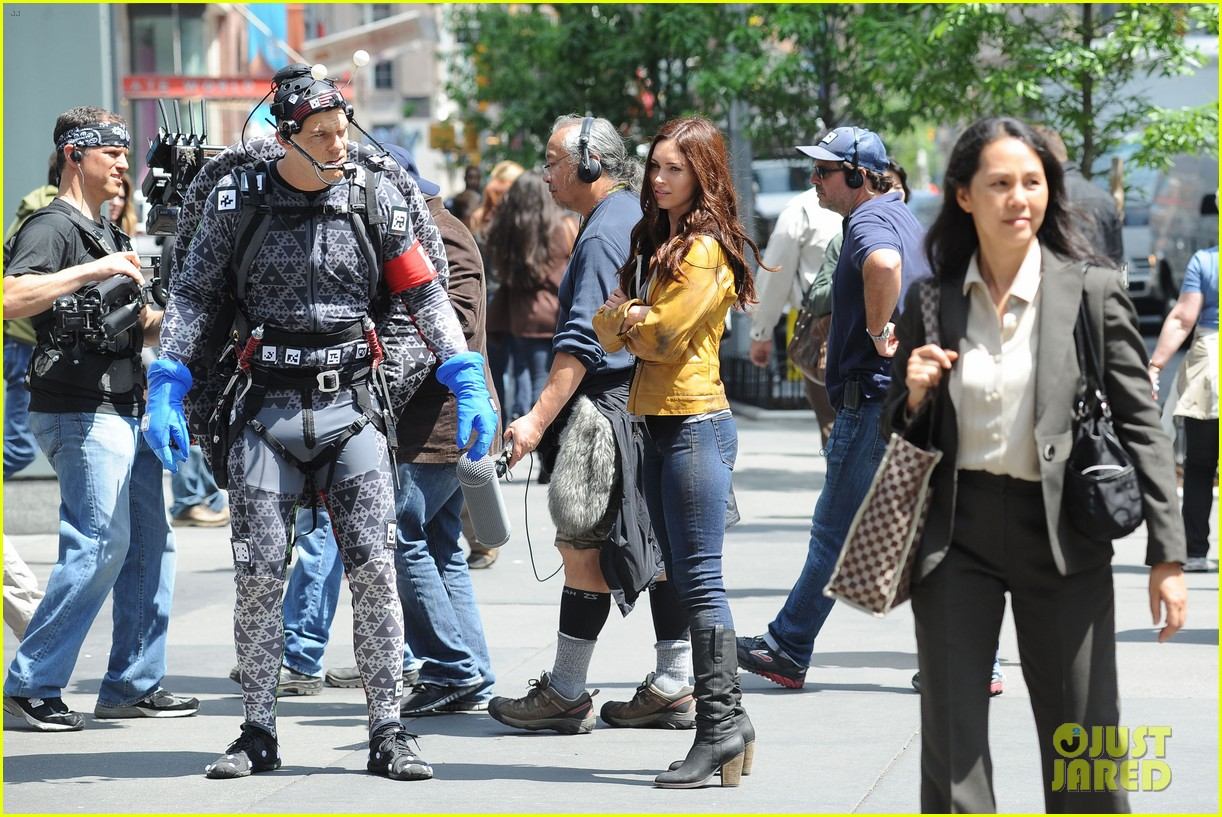 megan fox alan ritchson hold hands on ninja turtles set 162874918