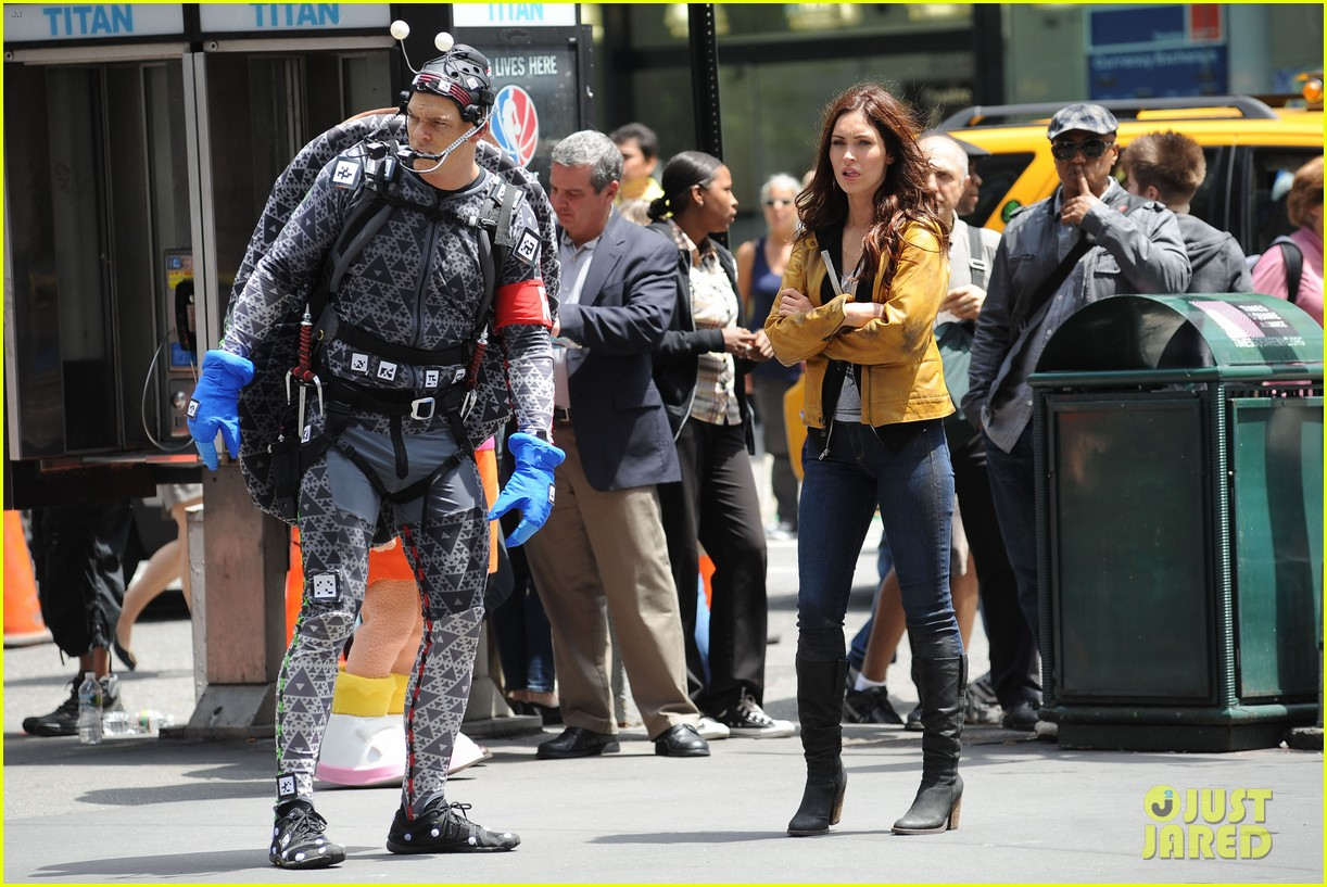 megan fox alan ritchson hold hands on ninja turtles set 182874920