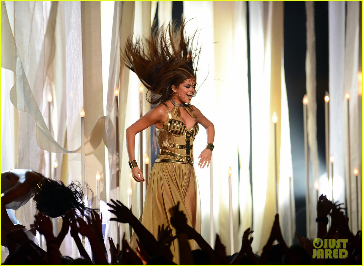selena gomez billboard music awards 2013 performance video 02