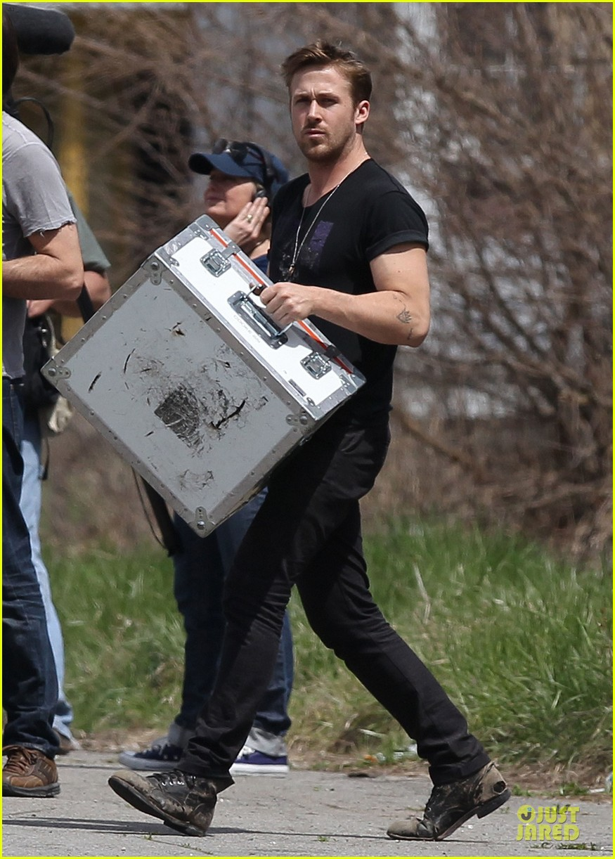 ryan gosling bulging biceps on how to catch a monster set 06