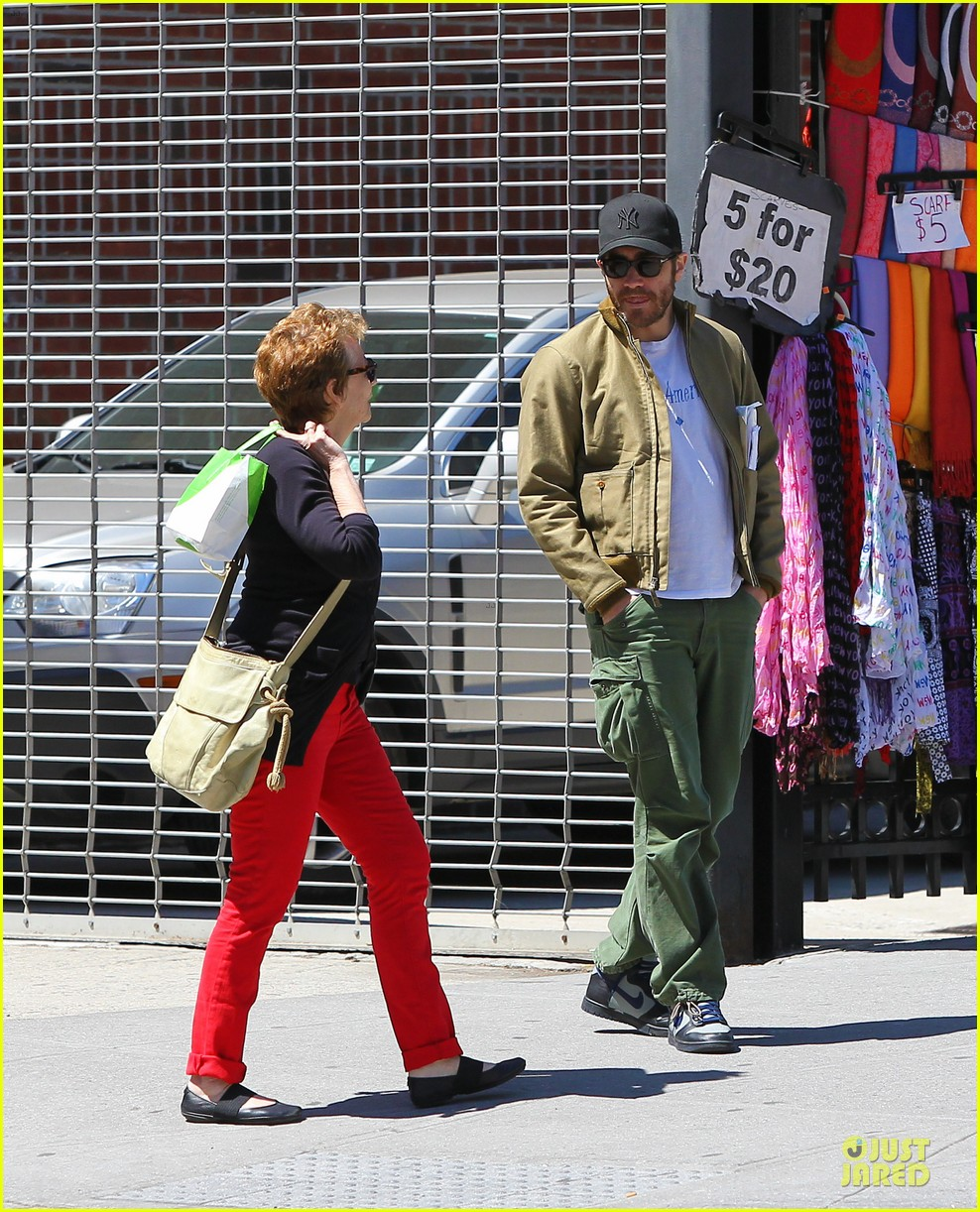 jake gyllenhaal soho stroll with mom naomi foner 032863248