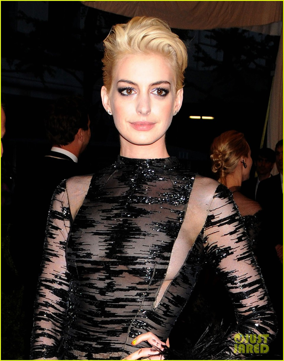 anne hathaway bleach blonde hair at met ball 2013 022865204