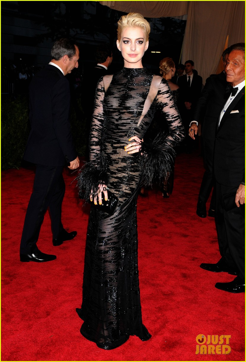 anne hathaway bleach blonde hair at met ball 2013 052865207