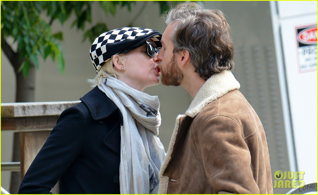 anne hathaway adam shulman dog walkin kisses 02