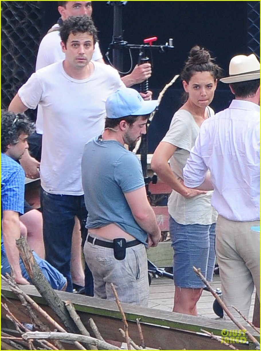 katie holmes luke kirby t shirt costars on mania days set 012881795