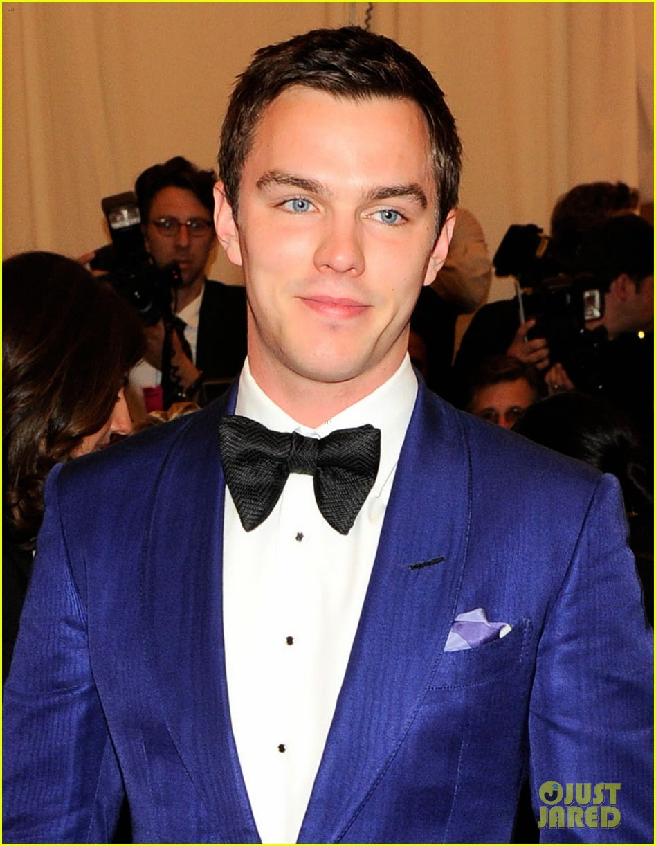 nicholas hoult met ball 2013 red carpet 012865811