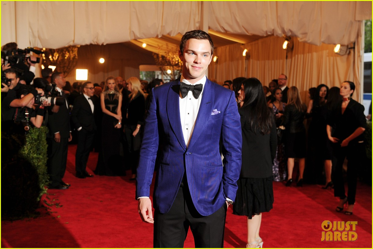 nicholas hoult met ball 2013 red carpet 032865813