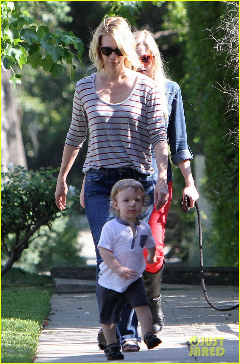 january jones xander walks in front of mommy 14