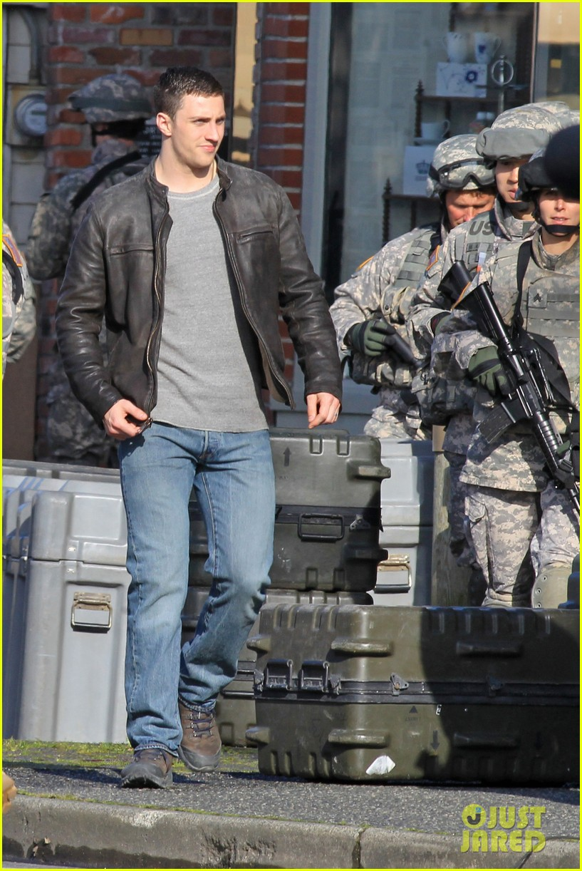 aaron taylor johnson rips crotch in jeans on godzilla set 03