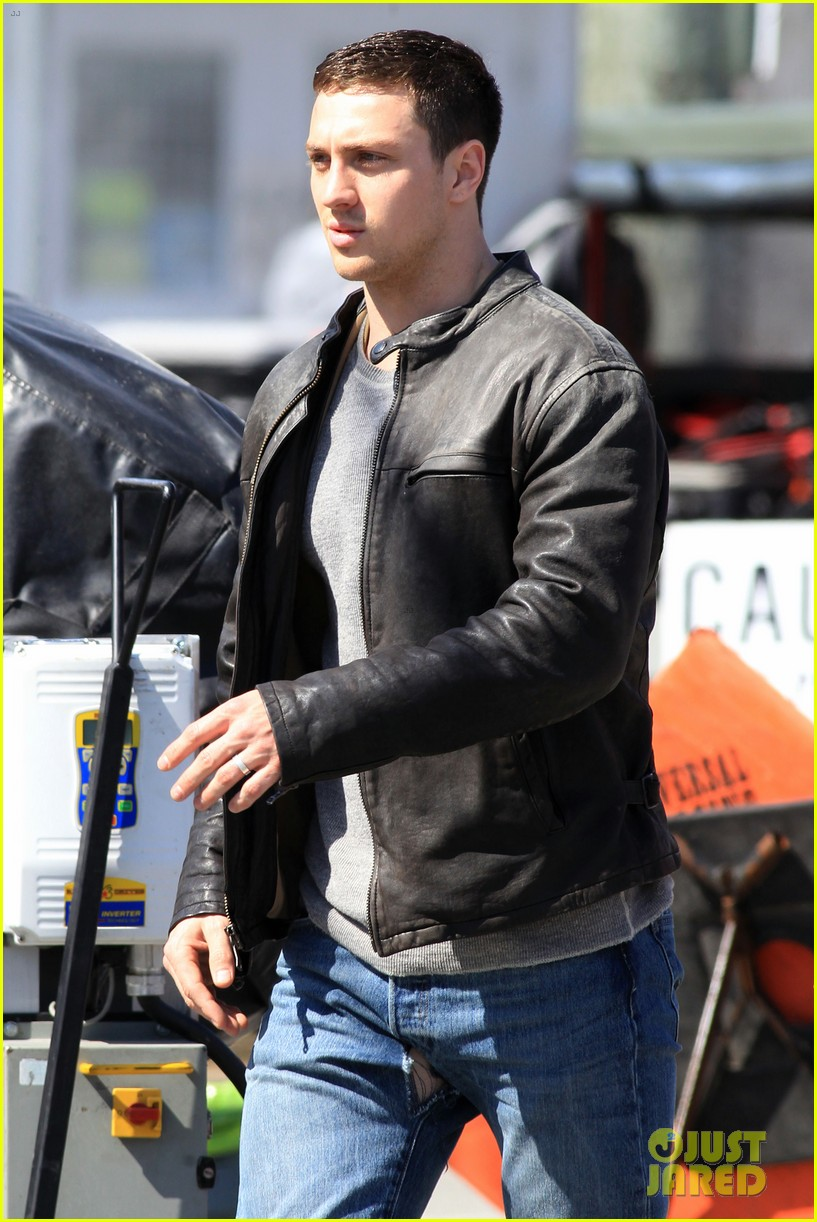 aaron taylor johnson rips crotch in jeans on godzilla set 062871273