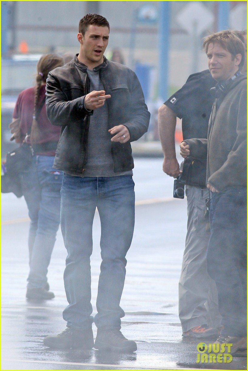 aaron taylor johnson rips crotch in jeans on godzilla set 07
