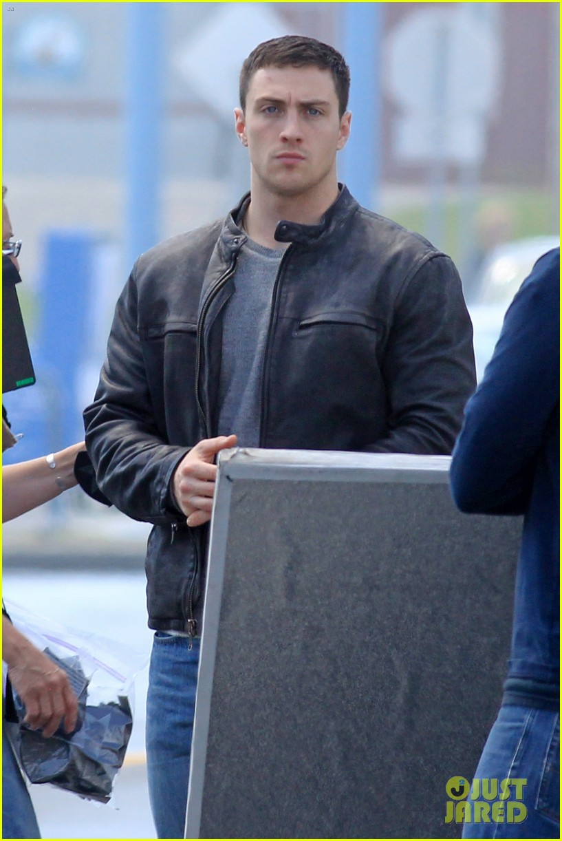 aaron taylor johnson rips crotch in jeans on godzilla set 15