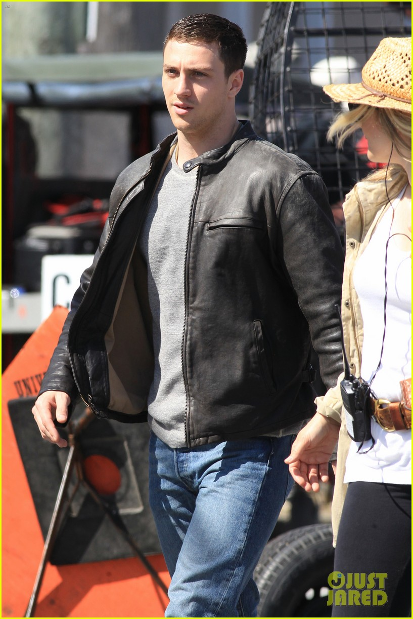 aaron taylor johnson rips crotch in jeans on godzilla set 192871286