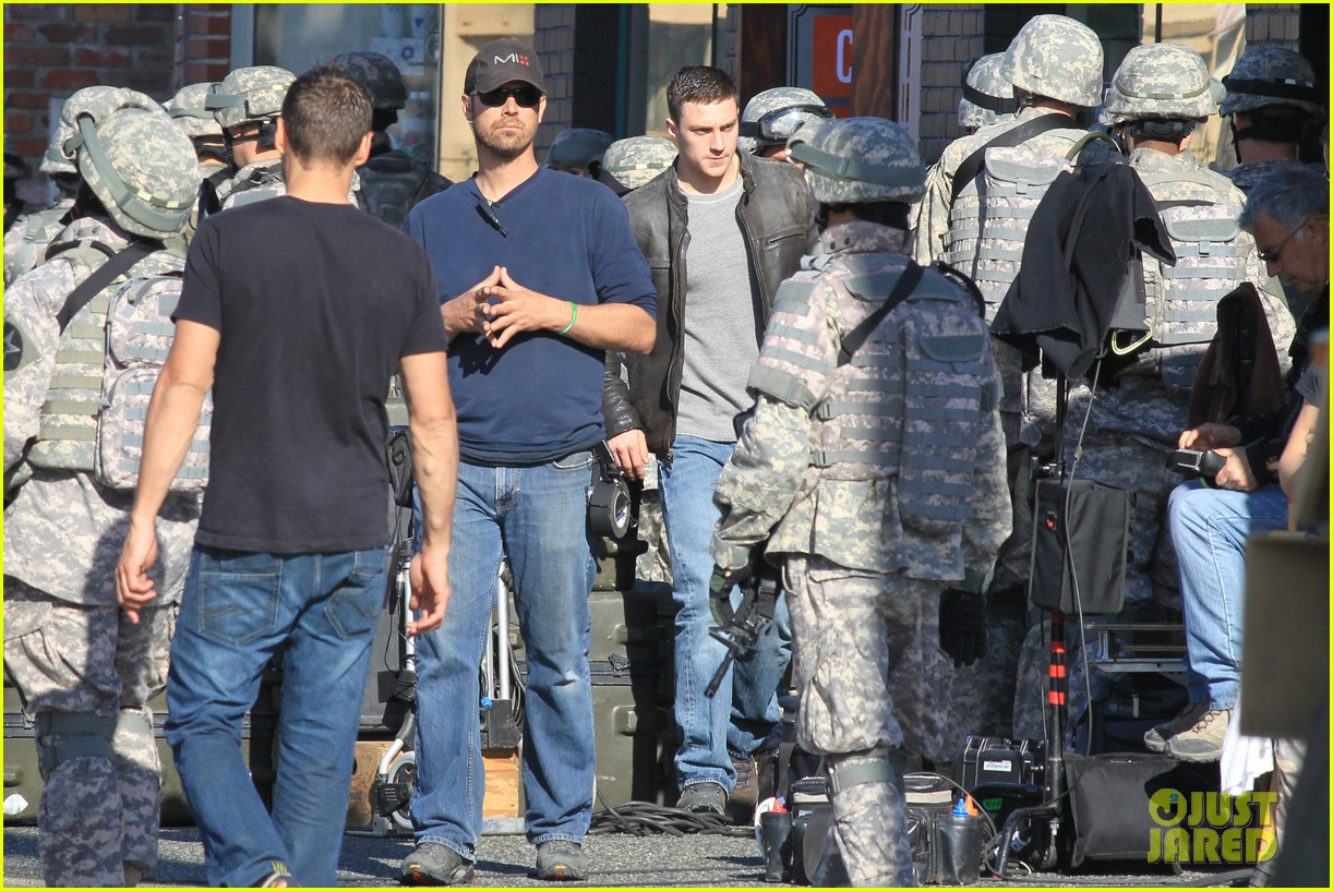 aaron taylor johnson rips crotch in jeans on godzilla set 282871295