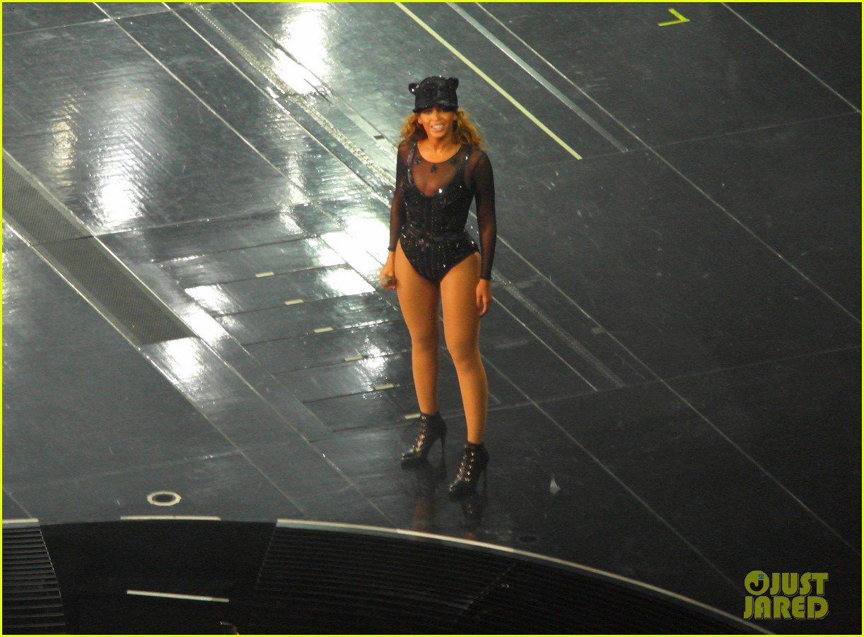 kim kardashian pregnant leather lady at beyonce concert 08