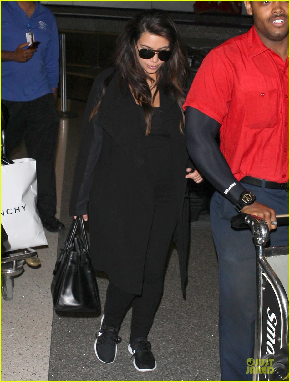 kim kardashian pregnancy weight is defended by sister khloe 012877061