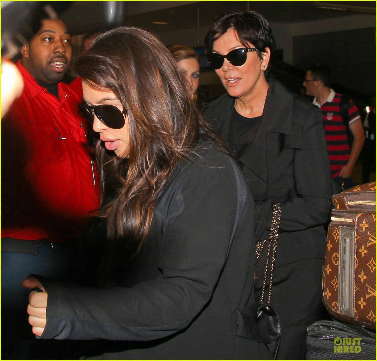 kim kardashian pregnancy weight is defended by sister khloe 162877076