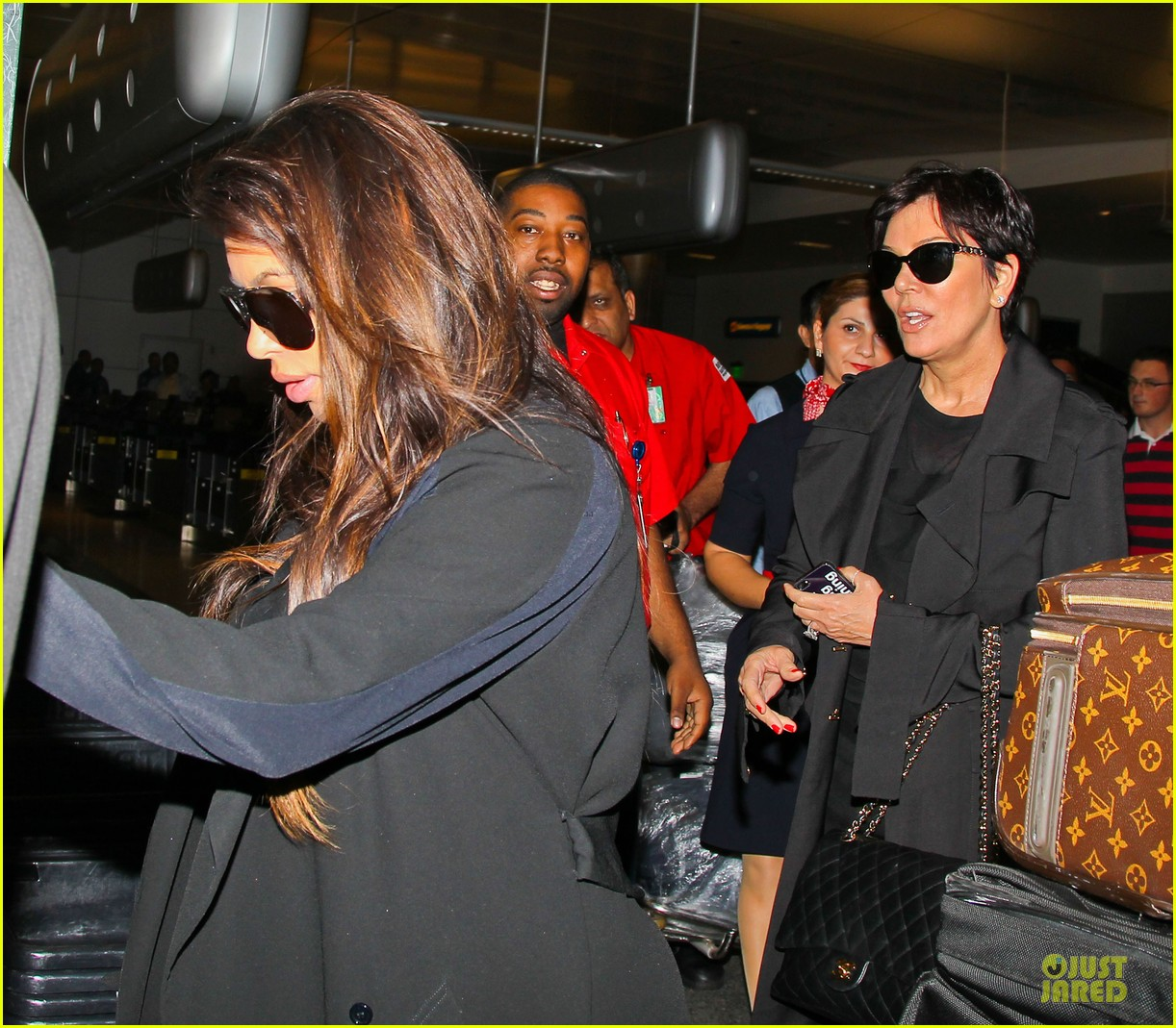 kim kardashian pregnancy weight is defended by sister khloe 172877077