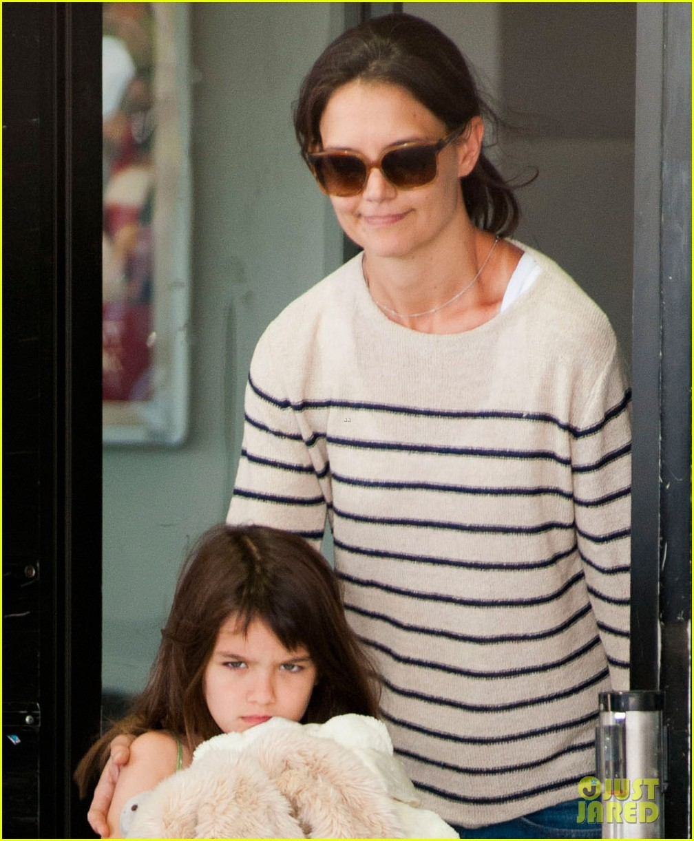 katie holmes and suri return from florida 052879171