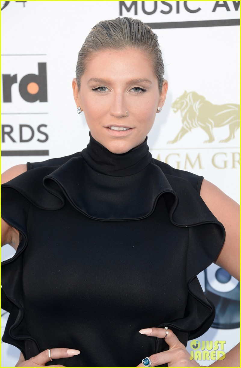 kesha waist high slit in dress at billboard music awards 2013 04