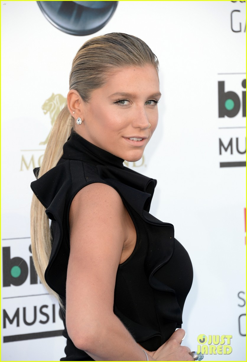 kesha waist high slit in dress at billboard music awards 2013 082874026