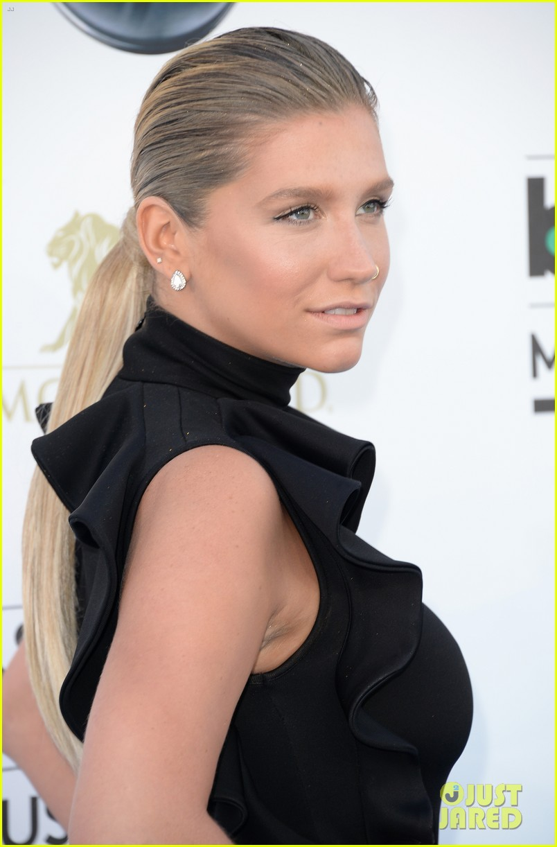 kesha waist high slit in dress at billboard music awards 2013 092874027
