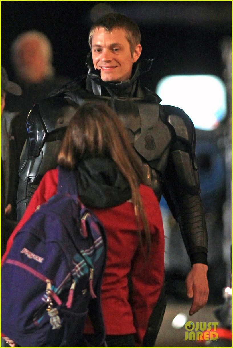 joel kinnaman suits up for robocop reshoots 022868906