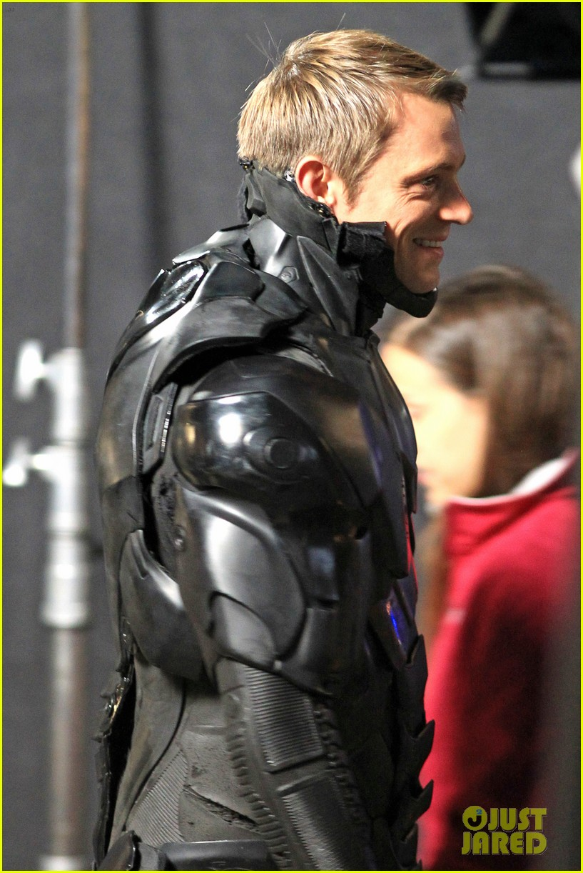 joel kinnaman suits up for robocop reshoots 04