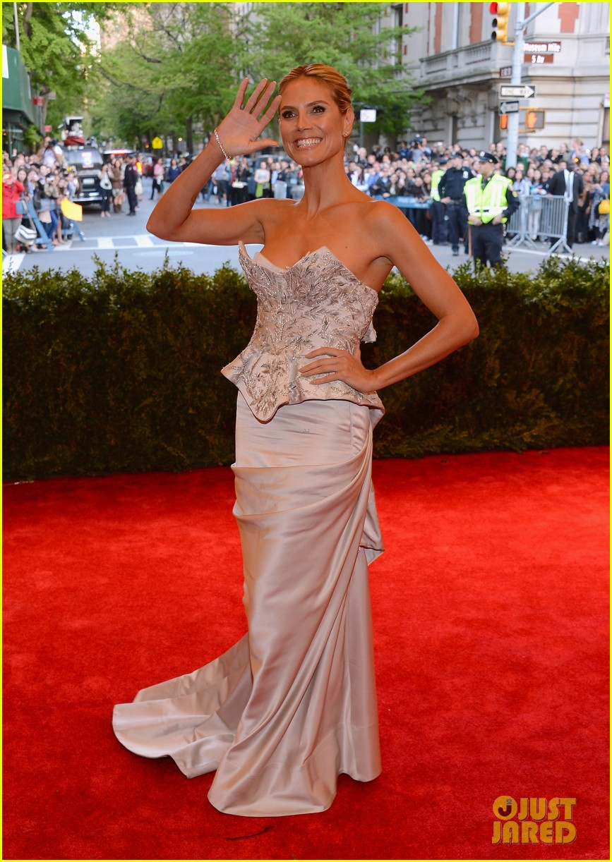 heidi klum met ball 2013 red carpet 012865142