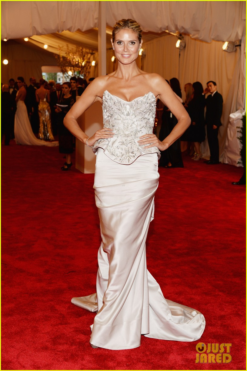 heidi klum met ball 2013 red carpet 06