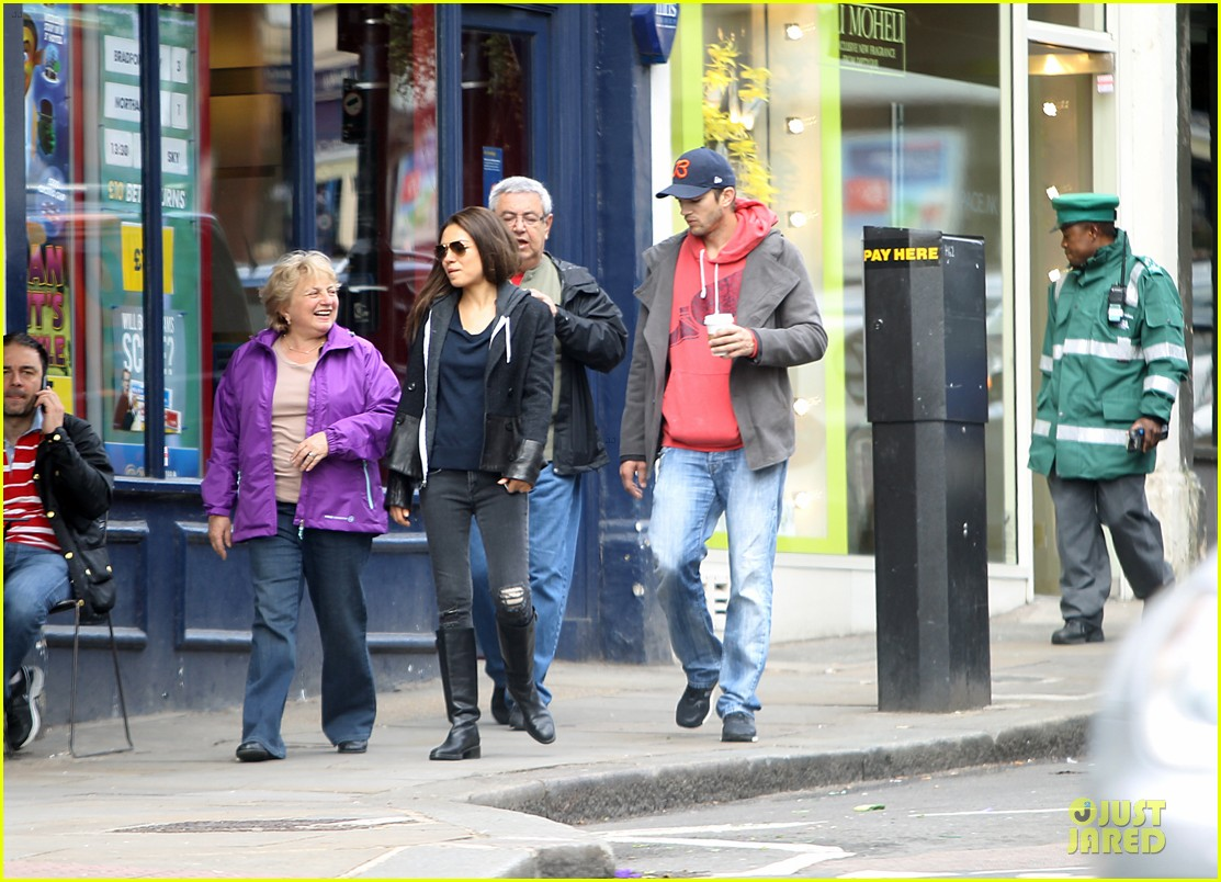 mila kunis ashton kutcher london coffee with the parents 022872759