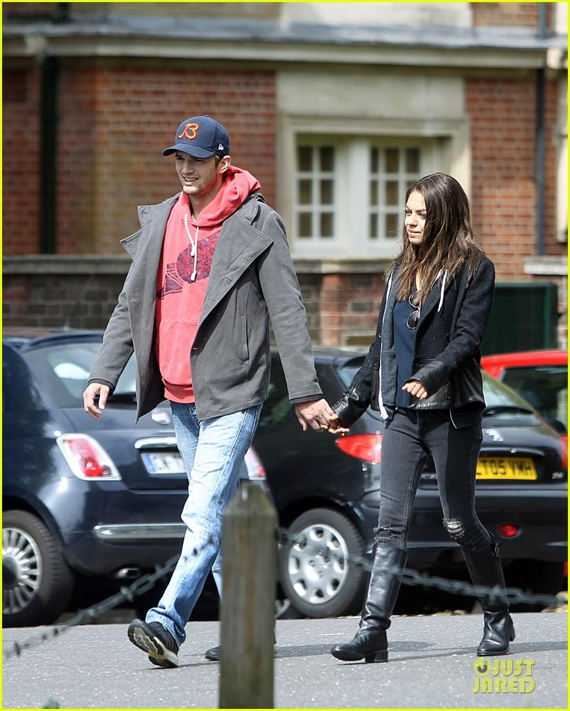mila kunis ashton kutcher london coffee with the parents 032872760