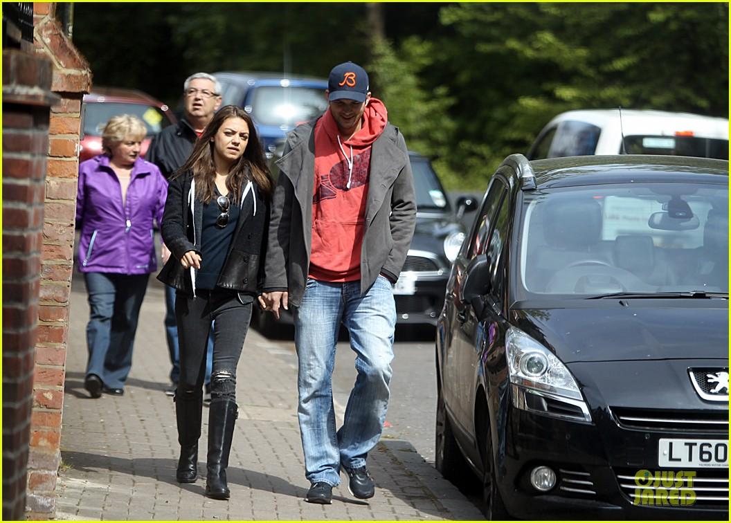 mila kunis ashton kutcher london coffee with the parents 062872763