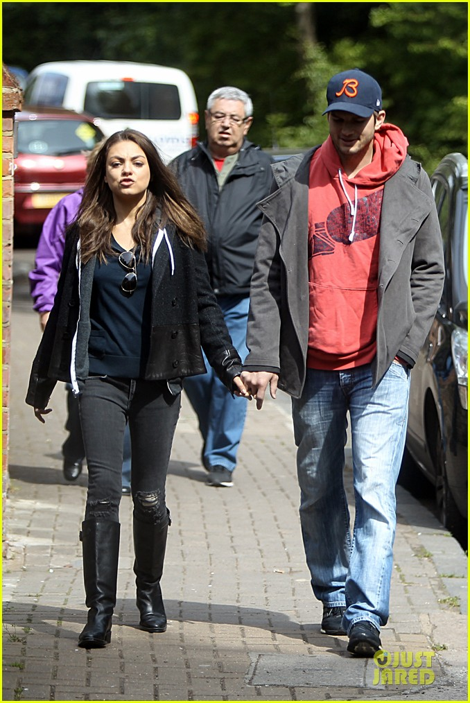 mila kunis ashton kutcher london coffee with the parents 092872766